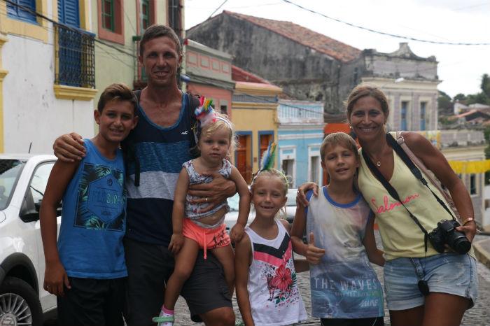 A família argentina tirou a manhã para ver Olinda se vestindo de carnaval. Foto: Gabriel Melo/especial DP