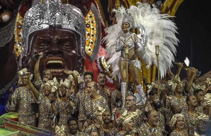 Desfile das escolas de samba de São Paulo trazem referências de diversos países. Foto: Miguel SCHINCARIOL / AFP