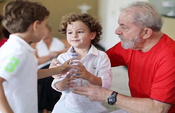 Ex-presidente chegou a São Paulo para o velório do neto Arthur Araújo Lula da Silva, de 7 anos. Foto: Twiter / Reprodução