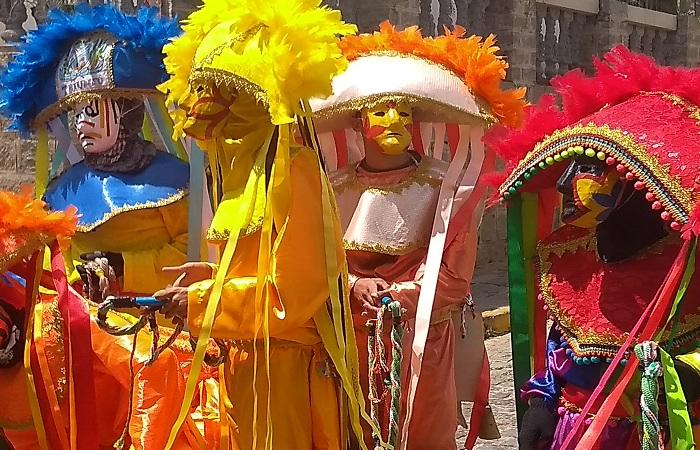 Com seus trajes multicoloridos, mascarados são uma das principais atrações do carnaval do interior do estado. FOTO: Kerles Vieira / Cortesia  (Com seus trajes multicoloridos, mascarados são uma das principais atrações do carnaval do interior do estado. FOTO: Kerles Vieira / Cortesia )