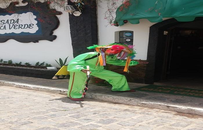 Lucas Mateus faz um bico extra vestindo-se de careta para receber os hóspedes da pousada Baixa Verde. FOTO: Valdilene Alves / Cortesia  (Lucas Mateus faz um bico extra vestindo-se de careta para receber os hóspedes da pousada Baixa Verde. FOTO: Valdilene Alves / Cortesia )