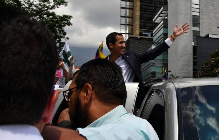 Reconhecido por mais de 50 países como presidente interino da Venezuela, Guaidó, de 35 anos, regressa de uma viagem pela Colômbia, Brasil, Paraguai, Argentina e Equador. Foto: Yuri Cortez / AFP