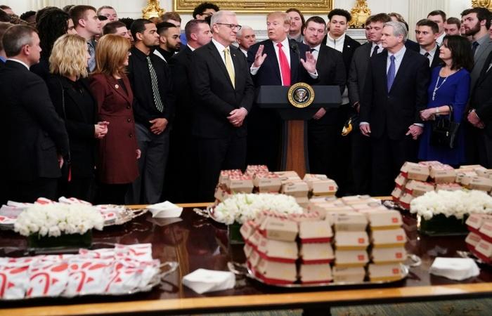 Donald Trump recebeu naúltima segunda-feira a equipe de futebol americano North Dakota State Bison na Casa Branca com um menu de fast-food - AFP
