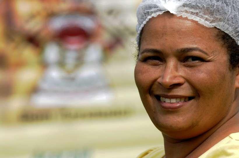 Gizelia Araújo nunca teve oportunidade de ter carteira assinada, apesar de ter trabalhado como professora. Há 18 anos, vende acarajé em feiras. Foto: Carlos Vieira/CB/D.A Press