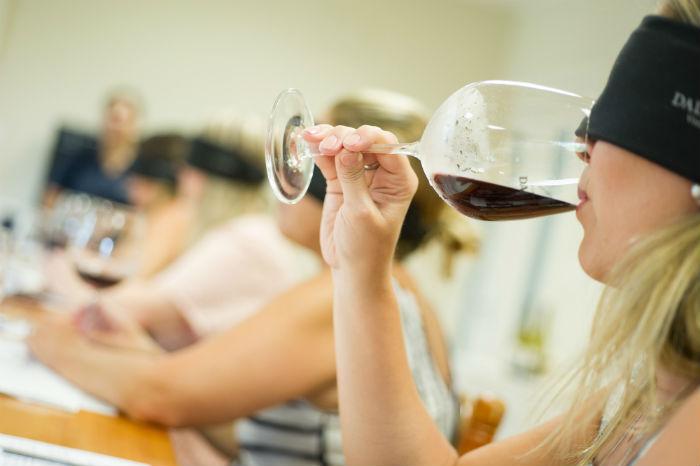 A degustação às cegas na Dal Pizzol é um momento de se concentrar apenas no momento presente. Foto: Júlio Soares/cortesia Ibravin/Sebrae
