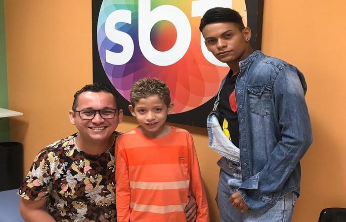 Elton Gutemberg (pai), Gustavo e Daniel Paredes, nos estúdios do SBT. Foto: WhatsApp/Cortesia