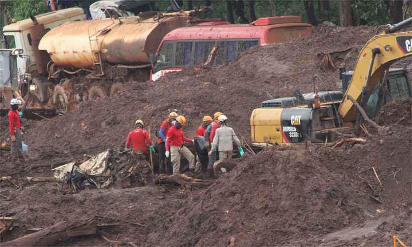 Trabalho dos bombeiros na área da mineradora: contabilidade de mortes chegou ontem às duas centenas, com 108 desaparecidos. Foto: Edésio ferreira/EM/DA Press - 7/2/19