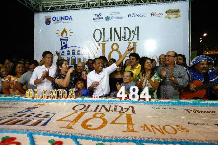 Bolo distribuído teve 484 quilos, idade comemorada pela cidade. Foto: Paulo Paiva/DP.