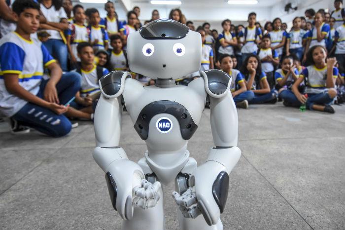Rede municipal do Recife é a única da América Latina a contar com a nova versão do robô NAO. Foto: Paulo Paiva/DP.
