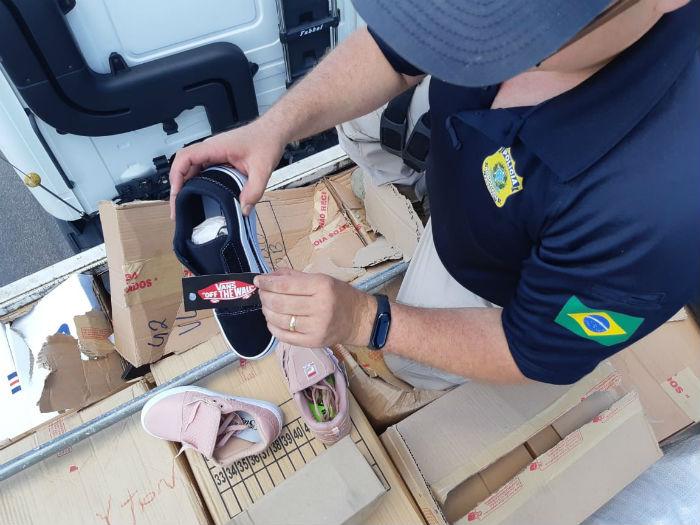 Mercadoria estava sobre uma carga de ferro, para tentar enganar a fiscalização. Foto: PRF/Divulgação