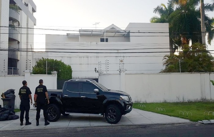 Mandado de prisão preventiva contra Roberto Santiago está sendo cumprido na casa dele, em João Pessoa. Foto: Divulgação/PF