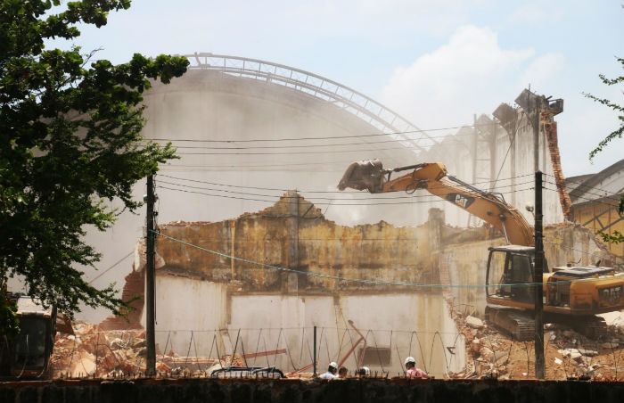 Demolição de galpões foi retomada nessa segunda-feira (25). Foto: Gabriel Melo/Esp.DP.