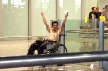 Imagem mostra Ji Zhongxing, de 34 anos, segurando um pacote, que poderia ser um artefato explosivo (Weibo/Reprodução)