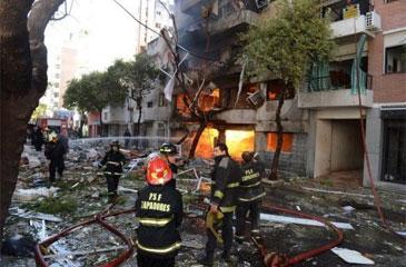 O edifício era composto de duas torres divididas por um pátio interno. Foram atingidos 56 apartamentos (Sebastian Granata/Telam/AFP Photo)