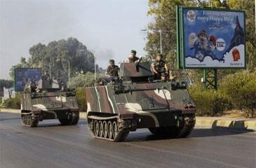 Tropas libanesas patrulham estrada que leva ao aeroporto, nos arredores de Beirute (Nwar Amro/ AFP Photo)
