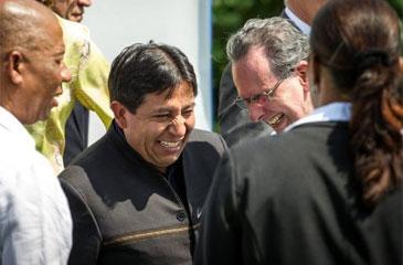 O chanceler boliviano, David Choquehuanca (C), e o ministro Figueiredo (D), na Unasul, no Suriname (Jody Amiet/AFP Photo)