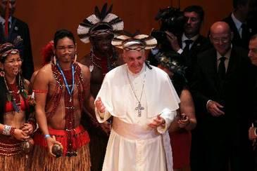 Francisco usou cocar que ganhou de presente do índio pataxó da Bahia Ubiraí, durante cerimônia no Theatro Municipal  (Evelson de Freitas/Agência Estadão Conteúdo)