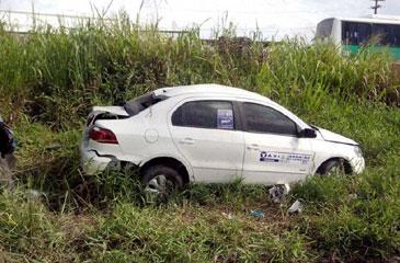 Após o assalto, dupla se envolveu em acidente no município de Escada e foi identificada por policiais (PRF/Divulgação)