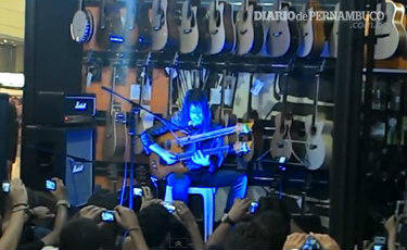 Guitarrista do Guns toca trecho do hino de Pernambuco em shopping (Fellipe Barros/Esp.DP/D.A Press)