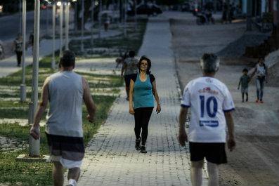 Moradores ganham pista de cooper e rotina mais saudável