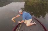 Pescadores resgatam dois gatinhos em rio  (YouTube/Reprodu��o)
