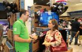 Consumidor vai �s compras na Black Friday (Paloma Amorim)