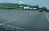 Avi�o faz pouso de emerg�ncia em rodovia (Reprodu��o)