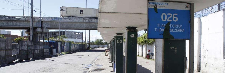 �nibus come�am a deixar garagens. Metr� volta �s 16h (Rodrigo Silva/Esp DP/D.A Press)