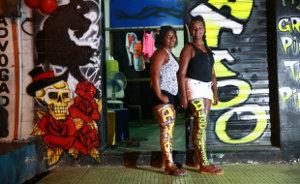 Pernas com grafitagem viram moda entre jovens foli�s (Bernardo Dantas/DP/D.A Press)