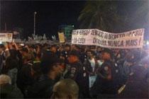 Enquanto manifestantes gritam palavras de ordem, católicos rebatem com orações (Ana Cláudia Dolores/DP/D.A Press)