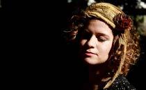 Primeiro single de cantora Ylana, Calcanhar, faz parte da trilha sonora do filme Tatuagem  (Flora Pimentel/ Divulgação)